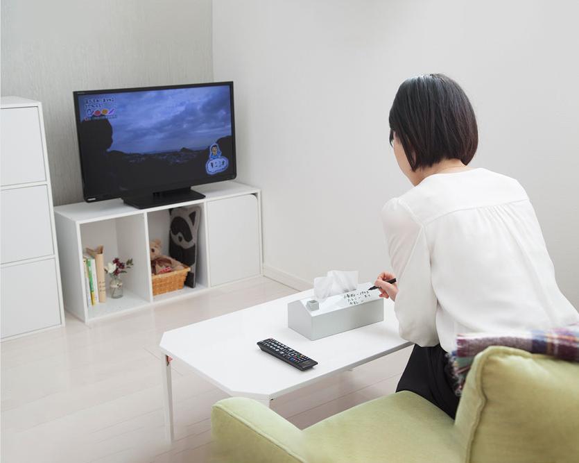 テレビを見ながらMEMORU tissue caseにメモ書き