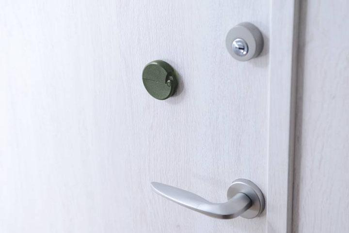 玄関ドアにくっつくダンボールカッター